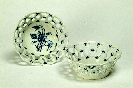 A pair of Worcester bowls crescent marks, 20 cm diameter. (2)