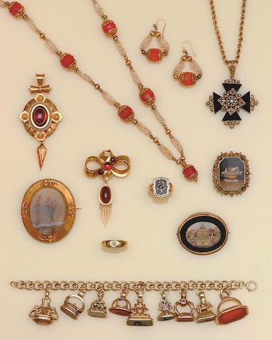 A Victorian gold oval garnet pendant