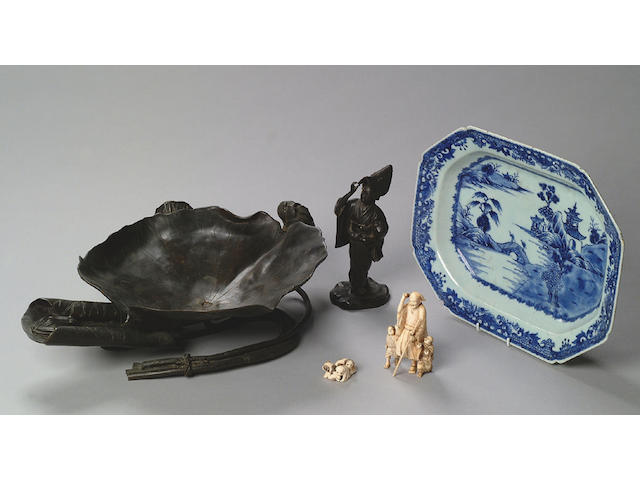 A late 18th Century Chinese blue and white tureen stand,