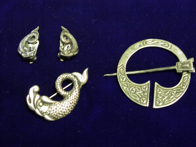 Attributed to Alexander Ritchie of Iona, A suite of Iona silver fish jewellery,