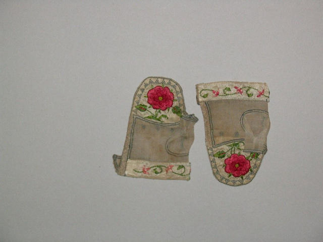 A pair of early 18th Century baby's mittens,