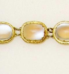 A moonstone necklace (4)