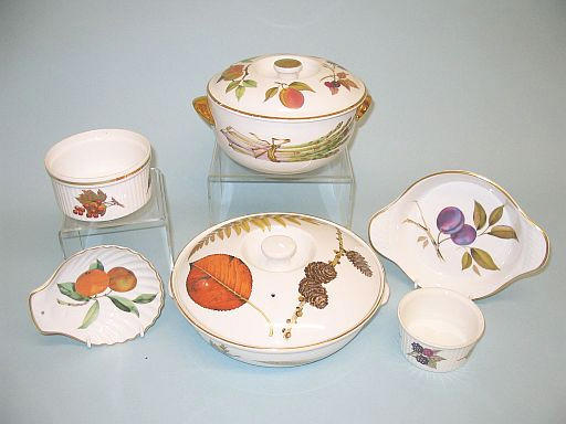 A Royal Worcester Evesham pattern dinner service for four 20th Century,
