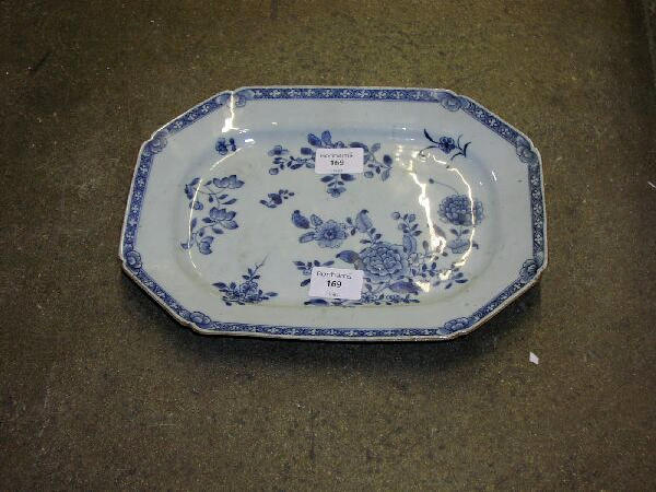 A late 18th Century Chinese octagonal blue and white platter, painted with floral sprays, 31.5cm wide.