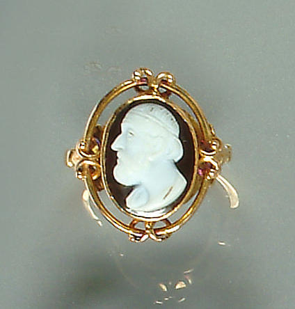 A 19th century cameo ring and brooch (2)