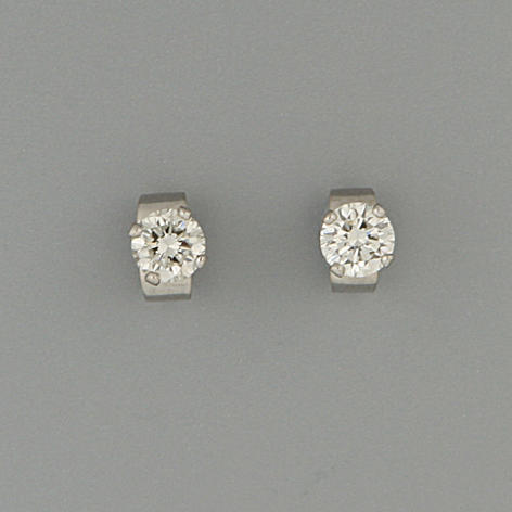 A pair of diamond single-stone earstuds, (2)