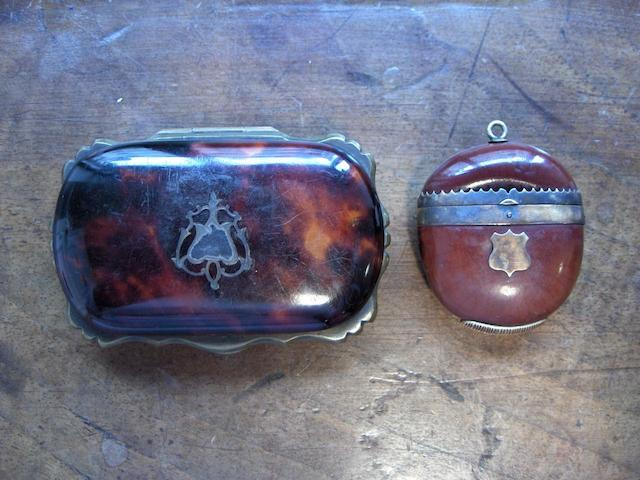 A late 19th Century gold-mounted nut vesta case Unmarked  (2)