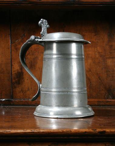 A rare flat-lid pint tankard, circa 1700