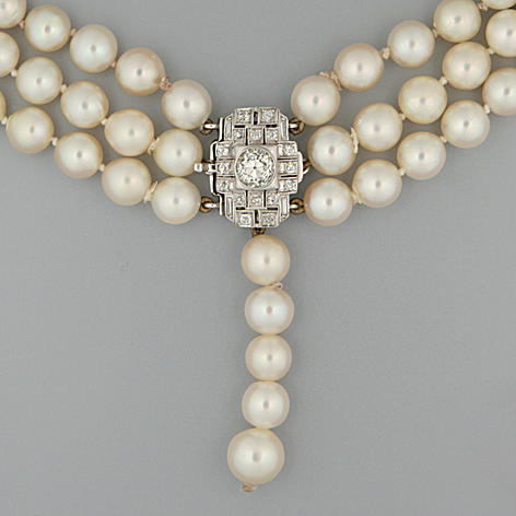 A cultured pearl choker necklace