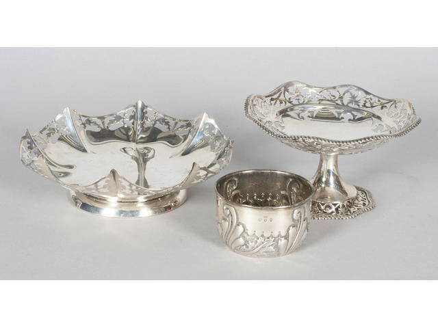 An Edwardian silver pedestal dish Birmingham, 1907,  (3)