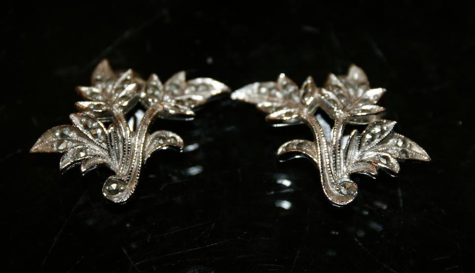 A quantity of costume jewellery,