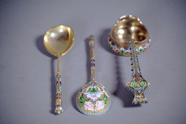 A Russian pair of silver-gilt and enameled spoons, together with a Faberge, Moscow box bearing 1896-1908 control marks