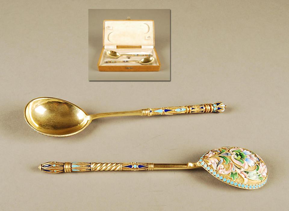 A Russian silver-gilt and enamel kvosh spoon bearing 1896-1908 control marks