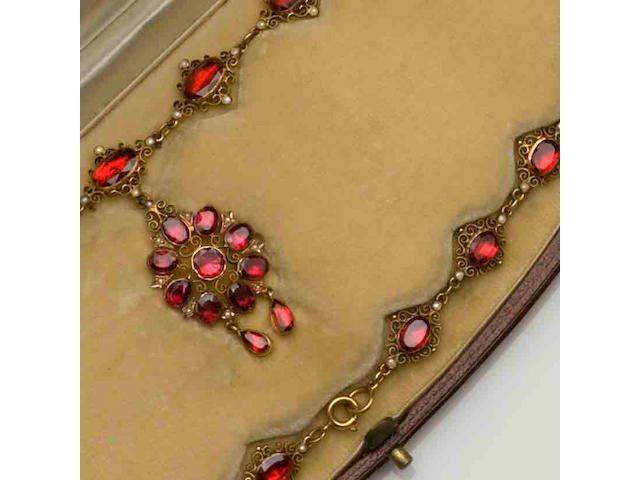An Edwardian garnet set filigree necklace