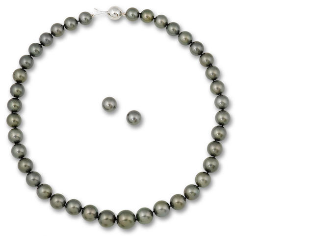 A cultured pearl necklace and earrings suite (2)