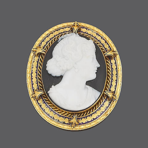 A gold and hardstone cameo brooch,