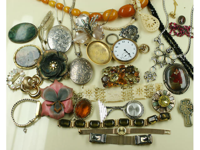 A quantity of costume jewellery,