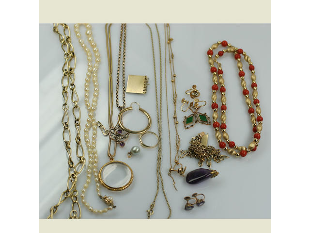 A quatity of gold chains and miscellaneous jewellery,