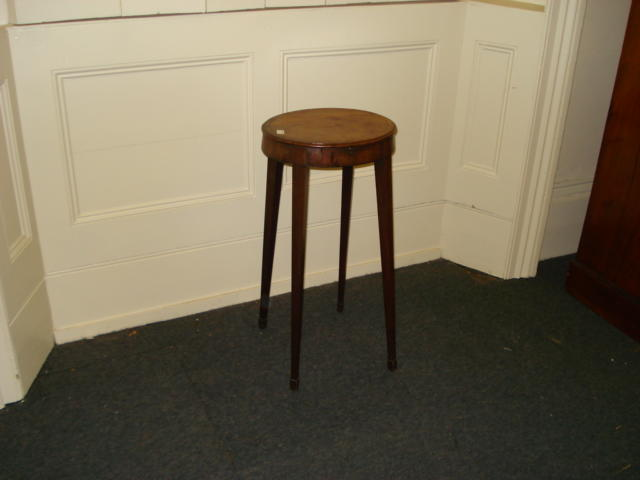 An Edwardian tulipwood banded mahogany oval top urn stand, with pull-out slide on square tapered legs and spade feet, 32.5 x 36cm