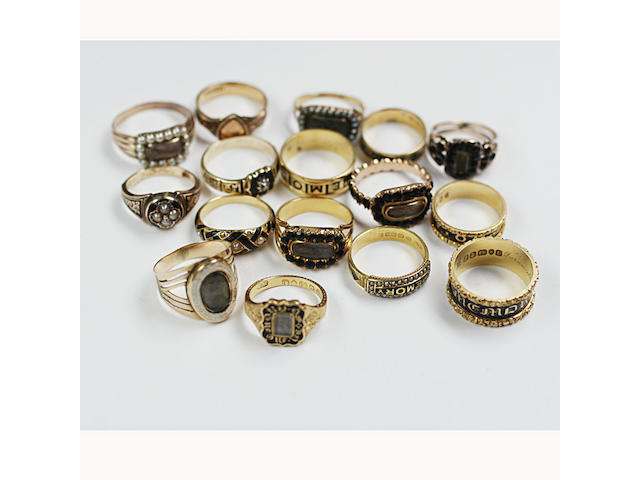 A collection of sixteen assorted memorial rings (16)