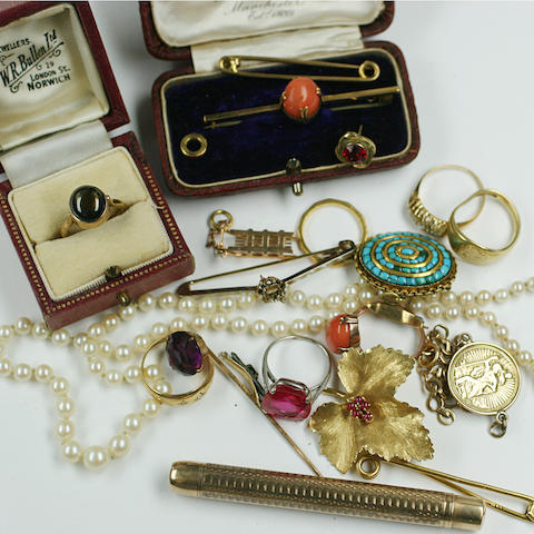 A collection of assorted jewellery, to include a cultured pearl necklace, a cabochon tiger's eye ring, a coral ring and bar brooch, a synthetic ruby ring, an 18ct gold signet ring, a leaf brooch, etc.