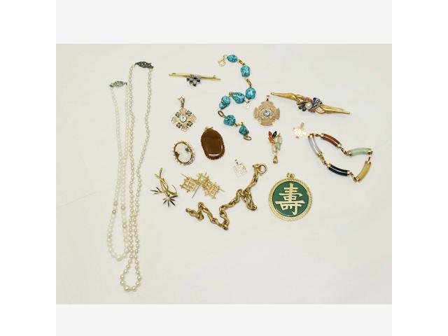 A small collection of jewellery items,