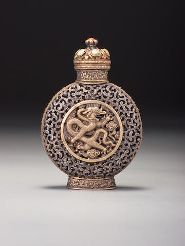 A Mongolian-style silver and gold snuff bottle Imperial, attributed to the palace workshops, Beijing, 1750–1810