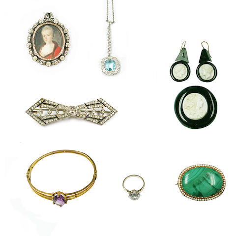 A small collection of jewellery items