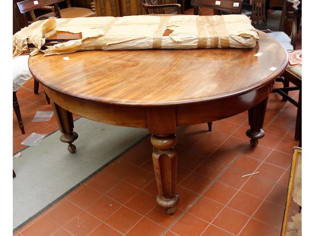 A Victorian mahogany dining table, 283 x 137cm
