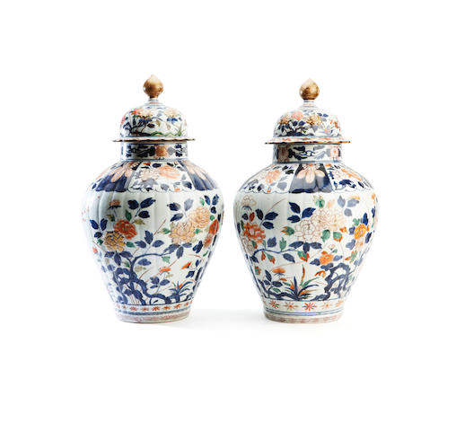 A pair of Japanese vases with covers 18th/19th century