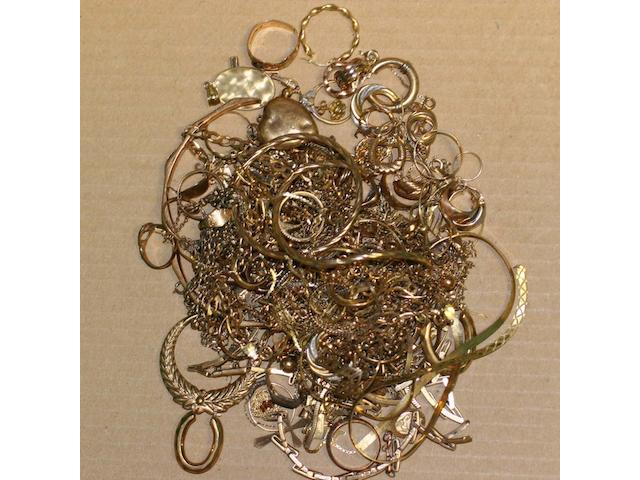 A mixed lot of gold and other yellow metal jewellery.