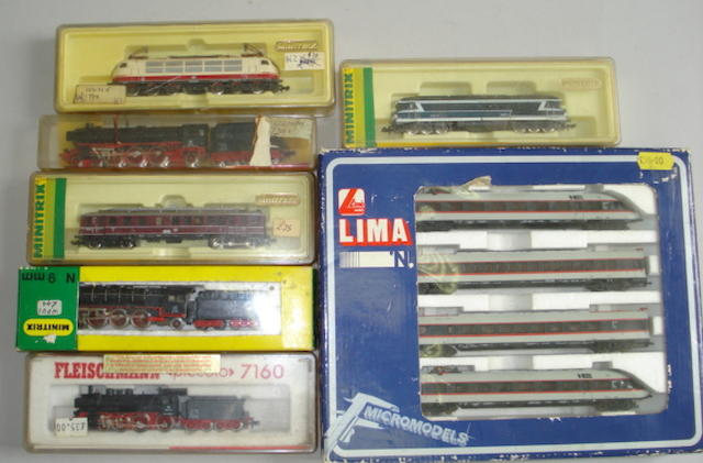 Collection of N gauge locomotives, coaches and rolling stock lot