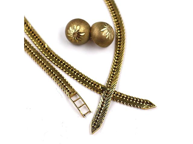 An 18ct gold necklace and bracelet