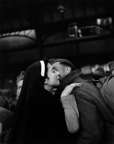 Willy Ronis (French, born 1910) Le retour des prisonniers, Paris, 1945 30 x 40cm (11 13/16 x 15 3/4in).