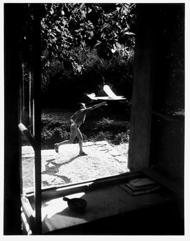 Willy Ronis (French, born 1910) Vincent a&eacuteromod&eacuteliste, Gordes, 1952 30 x 40cm (11 13/16 x 15 3/4in).