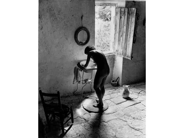 Willy Ronis (French, born 1910) Le Nu Proven&ccedilal, Gordes, 1949 30 x 40cm (11 13/16 x 15 3/4in).