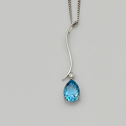 A blue topaz pendant necklace