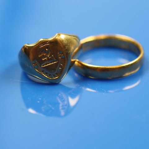Two matched gold rings  (2)