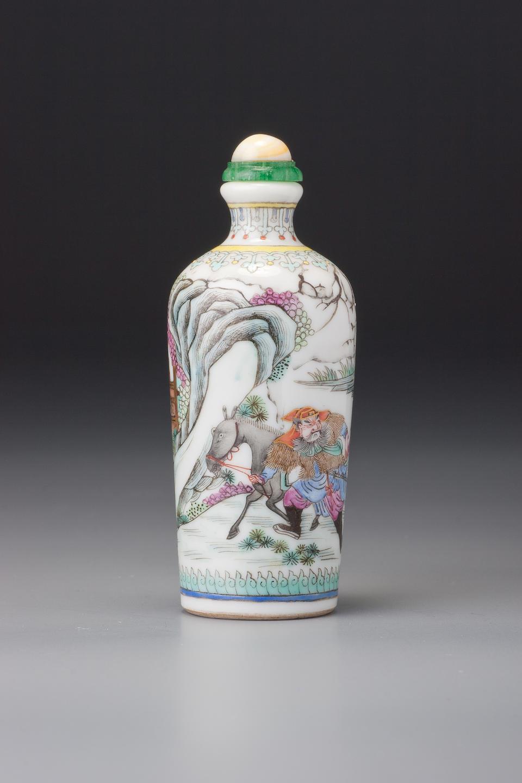 A 'famille-rose' porcelain 'figures' snuff bottle Maochun mark, Jingdezhen, 1800–1830