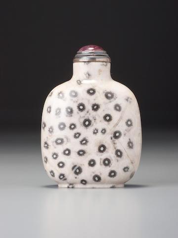 A fossiliferous limestone snuff bottle 1730–1880