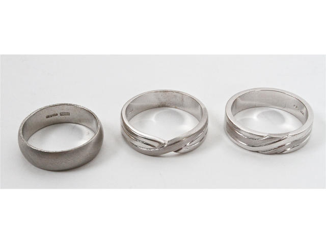 A platinum wedding band (3)