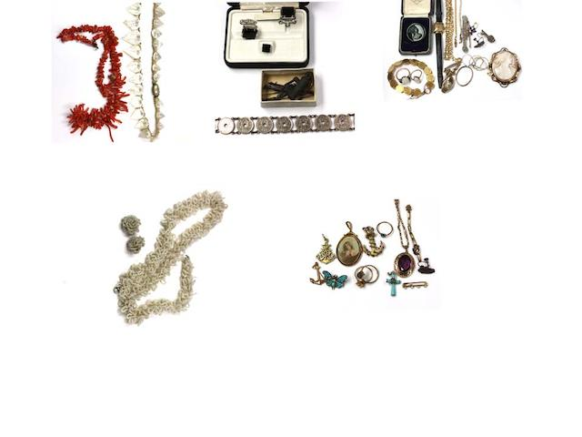 A quantity of assorted jewellery,