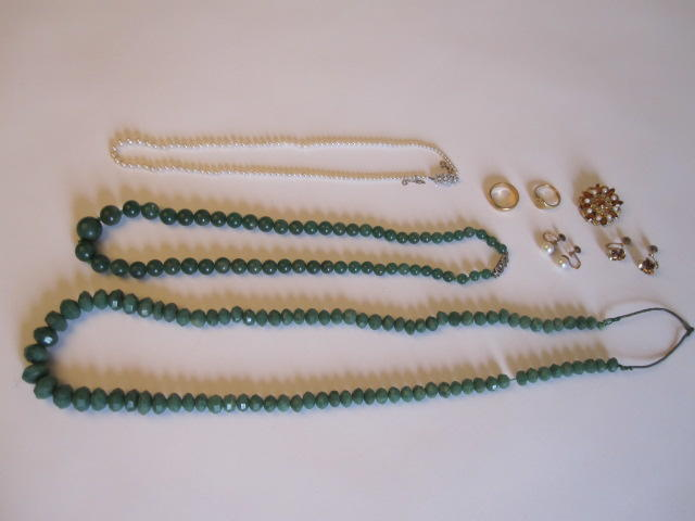 A collection of jewellery inc pearl brooch, 2 jade necklaces