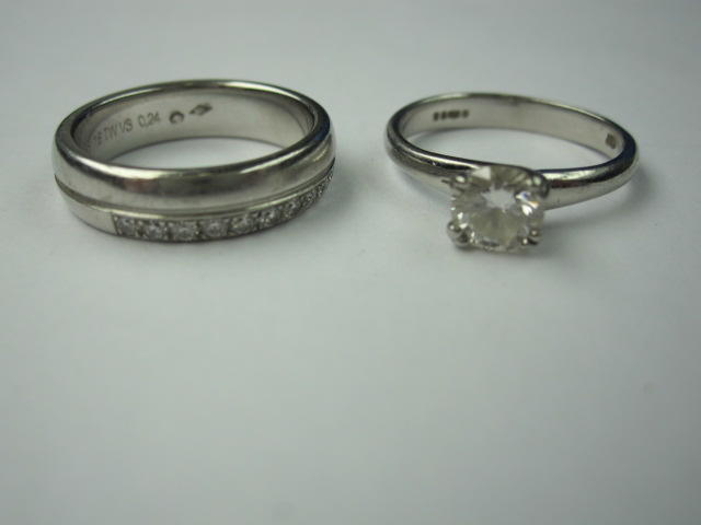 A solitaire diamond ring (2)