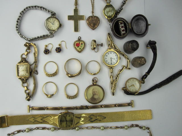 Assorted jewellery,