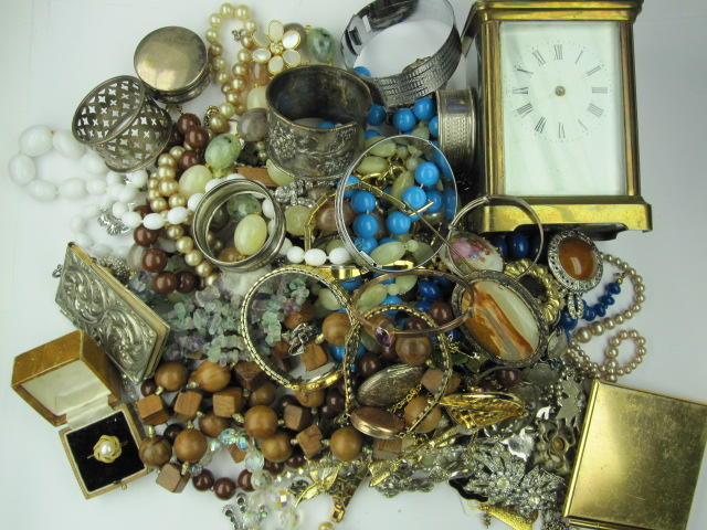 A collection of assorted jewellery, costume jewellery and other items.
