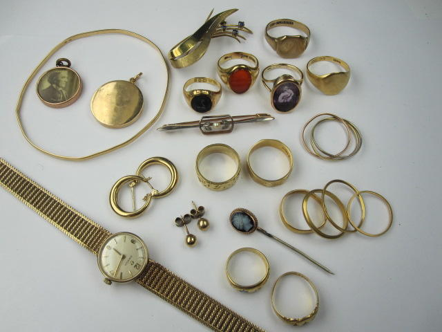 Assorted gold jewellery,