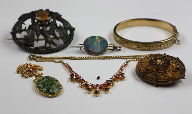 A small collection of jewellery, (7)