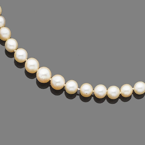 A single-strand pearl and cultured pearl necklace