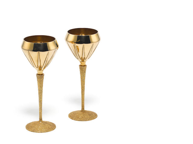 STUART DEVLIN: A pair of 18 carat gold goblets, London 1970,  (2)